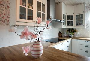 Rosa och vitt är två av färgerna som dominerar hemmet.