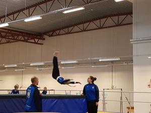 En trupp 3 gymnast i en frivolt på trampett. Foto: Caroline Sandström/Läsarbild