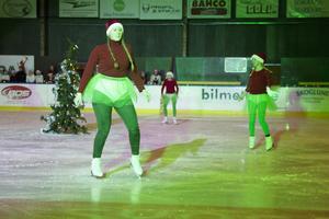 Åkning runt en julgran var något som det bjöds på i ett av showens sista nummer.