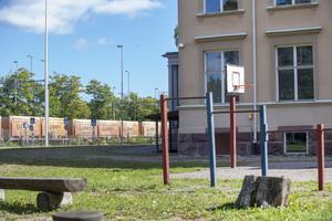 Tågrälsen går förbi precis utanför skolgården.