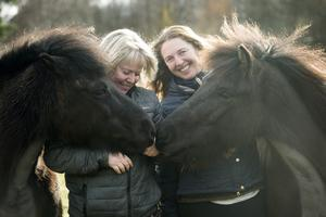 Anna Och Mirjam i hästhagen. De gillar det isländska sättet att hålla häst på där häst får vara häst, och gå ute året om.