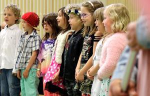 Sång av skolans yngre elever.