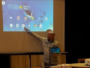 Ronny Nilsson beskriver för deltagarna hur läsplattan fungerar