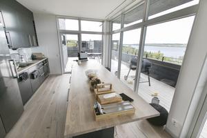 """""""För mig är det här perfekt. Läget är fantastiskt och huset har hög standard och kvalitet"""", säger Nadja Tulner om köket."""