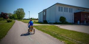 Parallellt med gång- och cykelbanan i riktning från  Vasahallen över Crugen och bort till Vasagymnasiet är den nya vägen tänkt att gå.