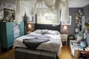 Sovrummet på övervåningen ramas in av en romantisk sänghimmel.