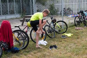 Efter simningen skyndade de sig ut till cyklarna.