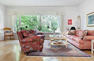 Ett av de tio rummen är ett vardagsrum. Bild: Mäklarhuset.