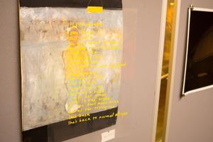 Installation om Aima My Daiorana Björk, en dikt om en mamma som bland annat ylar om nätterna, framför två gestalter.