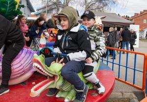 Mikko Kaare och Liam Bergsten åker karusell. – Det är kul att gå runt och köpa saker, säger Mikko.
