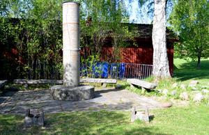Kanonerna vid Gammelgården i Borlänge har stulits. De stod vid den cylinderformade minnesstenen.