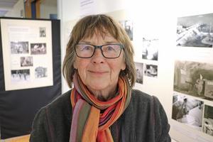 Helena Heiniemi vid fotouställningen med hennes pappas bilder.