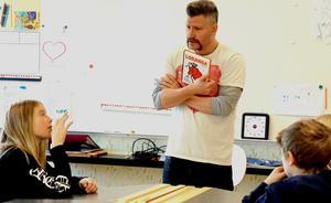 Tomas Håkki Eriksson pratade läsning med eleverna i årskurs fyra.