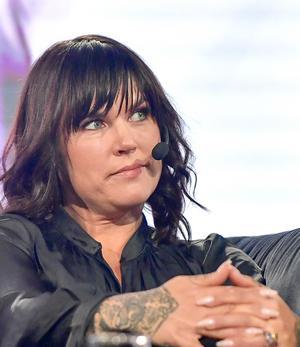 Mia Skäringer är komiker och skådespelare.