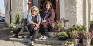 Tvillingsystrarna Eva Gustafsson och Åsa Backström har ägt Strands blommor i fem år. De är även butikens femte ägare.