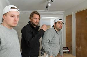 – Det är en utmaning vara så många hantverkare samtidigt på liten yta. Men produktionen säger åt en vad man ska göra, det har gått bra, säger Erik Jakobsson, målare till höger i bilden. Till vänster hans kollega Victor Gustafsson.