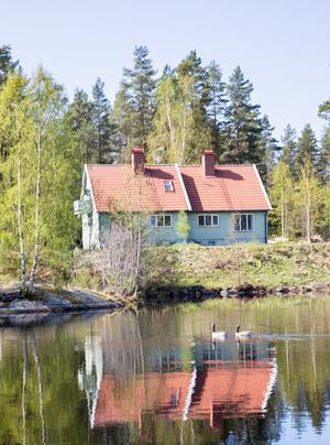 Exteriört är huset inte renoverat än. Det ska få ny panel och så ska det målas rött - som resten av husen i Björnhammaren.