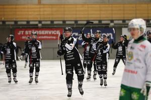Matchhjälten Daniel Berlin längst fram när SAIK tackade publiken i Göransson Arena efter söndagens match. Foto: Mats Åstrand / TT