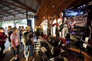 Dansbandet Larz-Kristerz bjöd upp till dans på tisdag kvällen på Ön i Hedesunda. För sång och musik så bjöd de också på en scenshow med dans.