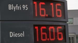Det finns inget politiskt stöd bland riksdagspartierna i Västernorrland till klimatprofessor Michael Tjernströms förslag att höja bensinskatten med fem kronor.