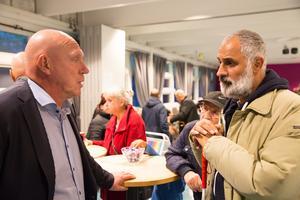 Lars-Åke Månsson samtalar med Hovsjöbon Elias Jorjos.