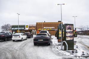 Det var många bilar som parkerat utanför McDonald's under premiärmorgonen.