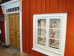 Fasaden till en typiskt bergsmansgård i Närke från mitten av 1800-talet. Huset domineras av den ljusröda slamfärgen.