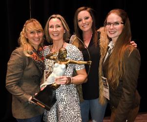 Tillsammans med resterande finalister i Dallas. Som pris fick Ulrika en statyett i form av jaktgudinnan Artemis.