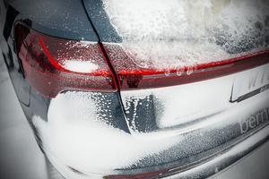 Ledtekniken är inte anpassad för vårat klimat. Men det är något vi får leva med. Det är inte bara elbilar som har ledbelysning som inte avger någon värme så lyktorna tinar vid svåra väderförhållanden.