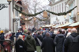 Den första julmarknaden i Wadköping lockade  många besökare.