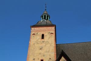 Ösmo kyrkas äldsta delar är från 1100-talet. De finns vid den norra väggen och tornet.