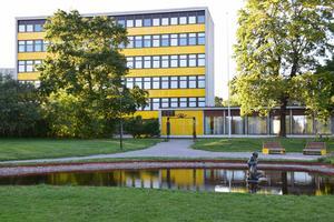 Dalarnas Tekniska Gymnasium, numera Soltorgsgymnasiet, invigdes 1961 byggt efter ritningar av arkitekt SAR/MSA Jack Hanson. De solgula emaljerade plåtkassetterna ar både vackra och uppenbaligen hållbara. Ligger vid Soltorget. Foto: Arne Ludvigsson