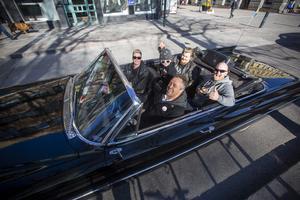 Cruising i Gävle igen. Ett glatt gäng från Valbo som saknat cruisingen. Vid ratten Perra Hansson, bredvid honom Irene Hansson. I baksätet i mitten Loke Andersson, bakom honom Marcus Hansson och längst till höger Jörgen Andersson.