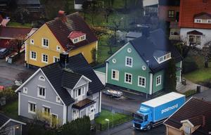 Postnords ljusblå lastbilar kör kors och tvärs genom länet. Nu är det mer bråda dagar än vanligt, med lite över en vecka kvar till julafton.