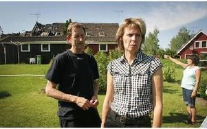 -- Vi hämtade foton, det kändes viktigast, säger Anne Norgren och Leif Mikaelius, som fick hjälp av en saneringsfirma att hämta några saker eftersom deras hus klarade sig bäst i branden. FOTO:STAFFAN BJÖRKLUND