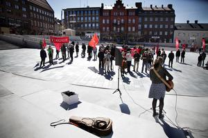 En handfull grupp med socialdemokrater samlas för att fira 1 maj i Östersund.