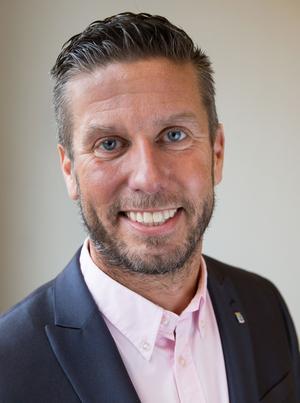 Lenny Hallgren, direktör för kultur-, idrotts- och fritidsförvaltningen, bjuder bland annat sin ledningsgrupp på julfika, kaffe och skinksmörgås, i korridoren.