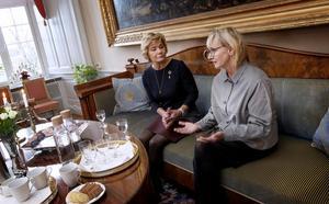 På onsdagen besökte civilminister Lena Micko (S) Örebro och landshövding Maria Larsson. En av de frågor som togs upp var social dumpning, där storstadskommuner hjälper socialt utsatta personer att flytta till mindre orter där det finns bostäder. Följden blir att små kommuner med ansträngd ekonomi också får överta kostnader för bland annat försörjningsstöd.