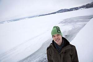 Andreas Gyllenhammar, numera chef för strategi, innovation och hållbarhet på Jämtkraft, övervakar isläggningen på Storsjön. En världsunikt lång mätserie som nästa vinter firar 150 år och som kan ge information om hur klimat och väder förändrats över tid.