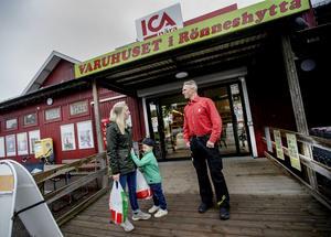 Kontakten med kunderna är lika viktig som att tjäna pengar för Mikael Johansson. Han tar sig tid att prata med alla som vill, som här med Emma Johansson och sonen Lucas, 4.