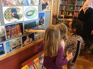 Barnens bilder ställs ut på barnavdelningen på Sambiblioteket. Foto: Lena Gustafsson