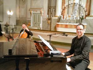 Här kommer sången Tro av Marie Fredriksson tolkad av Per Grimell vid flygeln och Anders Grimell, cello.