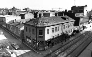 Kvarteret Magistern, fastigheterna på Postgränd mellan Rådhusgatan och Kyrkgatan var det hårda kommunala strider om 1983.  Stadsarkitekten och Jamtli ville bevara husmiljöerna men till slut körde Byggnadsnämnden över motståndarna och gav rivningslov.