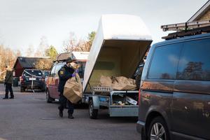 Polisen har precis börjat bära ut alla de fynd som hittats vid husrannsakan.