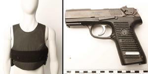 Fotona från polisens förundersökning visar den skyddsväst och den pistol som påträffades in mannens lägenhet i början av september. Även tidigare har polisen gjort knark- och vapenfynd i 40-åringens bostad.