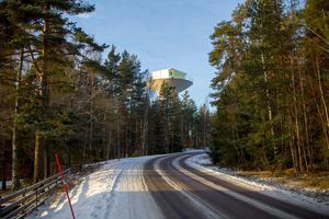Vattentornet med Tonys hus högst upp svävar som ett ufo i trädkronorna längs Hagaströmsvägen.