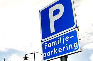 På många parkeringsplatser finns det extra stora p-rutor som är avsedda för bilar med familjer. Foto: Berit Djuse
