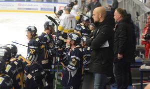 Förra säsongen – Borlänge Hockey i båset närmast entrén.