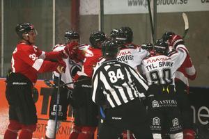 Tjafs efter andra perioden i matchen mellan Örebro och Ässät, där tvillingarna Spink var de som tjafsade mest.
