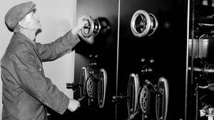 En härlig bild från 1953. På kraftstationen, har fotografen kort och kärnfullt sammanfattat reportaget.